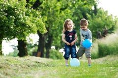 Verticale extérieure de frère et de soeur avec des ballons Photo libre de droits