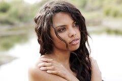 Verticale extérieure de jeune femme de l'adolescence d'Afro-américain Image libre de droits