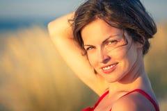 Verticale extérieure de jeune femme heureux photos libres de droits