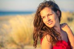 Verticale extérieure de jeune femme heureux photo stock