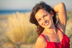 Verticale extérieure de jeune femme heureux images libres de droits
