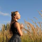 Verticale extérieure de jeune fille Photo libre de droits