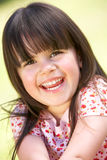 Verticale extérieure de jeune fille de sourire Image libre de droits
