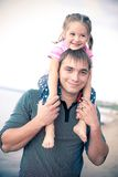 Verticale extérieure de jeune père avec un descendant Photo stock