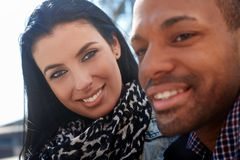 Verticale extérieure de jeunes couples Image libre de droits