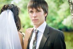 Verticale extérieure de mariée et de marié Photos libres de droits