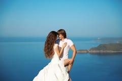 Verticale extérieure de mariée et de marié couples ayant la passion au-dessus de bleu Photos stock