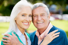 Verticale extérieure des couples aînés heureux Photographie stock