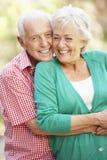 Verticale extérieure des couples aînés heureux Photographie stock libre de droits