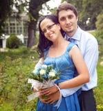 Verticale extérieure des couples contents heureux images stock