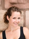 Verticale extérieure femme de sourire de jeunes de beau image libre de droits