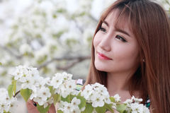 Verticale extérieure de fille asiatique Images libres de droits