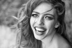 Verticale femelle élégante Jeune femme heureuse Images stock