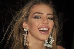 Verticale femelle de mode La femme avec de longs cheveux et lèvres sensuelles semble attirante Fille de mode de beauté avec le ma Images libres de droits