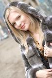 Verticale femme blonde de sourire de jeunes de belle dedans Photographie stock