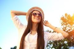Verticale femme de sourire de jeunes de belle Portrait en gros plan jeune d'une pose fraîche et belle de mannequin extérieure images libres de droits