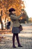 Verticale foto, modieus mooi meisje die op m fotograferen Royalty-vrije Stock Fotografie