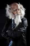 Verticale foto van elegante oldman in klassiek zwart kostuum Stock Foto