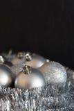 Verticale foto van het glanzende en heldere zilveren decorum van Kerstmisballen Royalty-vrije Stock Afbeelding
