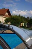 Verticale foto van het huis met zwembad en dakbouw in de voorzijde Stock Afbeeldingen