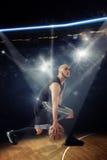 Verticale foto van kale professionele basketbalspeler in gam Royalty-vrije Stock Afbeeldingen