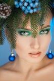 Verticale foto van sexy jonge vrouw met kroon-boom op hoofd bij c royalty-vrije stock fotografie