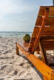 Verticale foto van tropische kokosnoot op de stoel stock afbeeldingen