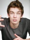 Verticale Full-face de jeune homme discuté photos libres de droits