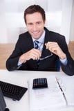 verticale heureuse d'homme d'affaires Photos libres de droits