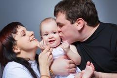 Verticale heureuse de famille de studio de plan rapproché Photo stock