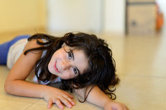 Verticale heureuse de fille Images libres de droits
