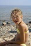 Verticale heureuse de fille sur la plage Images libres de droits