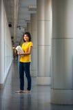 Verticale intégrale d'étudiant universitaire heureuse Photo libre de droits
