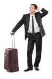 Verticale intégrale d'un homme avec une valise Images libres de droits