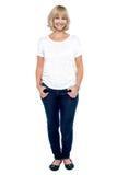 Verticale intégrale de femme âgée par milieu à la mode Image libre de droits