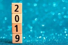 Verticale kolom van nummer 2019 op blauwe fonkelende achtergrond stock afbeelding