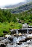 Verticale - le montagne e le valli sono coperte di nebbia in Glacier National Park fotografie stock