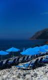Verticale levendige strand blauwe paraplu's bokeh Royalty-vrije Stock Fotografie