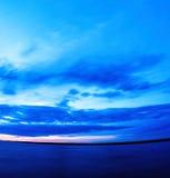 Verticale levendige super brede hoekoceaan gebogen horizon met wolken Stock Fotografie