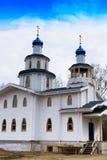 Verticale levendige witte blauwe orthodoxe kerk Royalty-vrije Stock Afbeeldingen