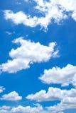 Verticale luminoso reale del cielo della radura e della nuvola fotografia stock