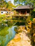 Verticale mening van een traditioneel paviljoen in Yuyuan-Tuinen royalty-vrije stock afbeeldingen