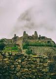 Verticale mening van oude ruïnes en wolken Stock Afbeelding