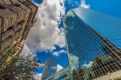 Verticale mening van wolkenkrabbers binnen de stad in Royalty-vrije Stock Afbeeldingen