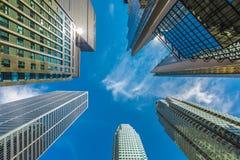 Verticale mening van wolkenkrabbers binnen de stad in Stock Foto