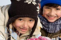 Verticale mignonne de l'hiver de fille et de garçon Images libres de droits