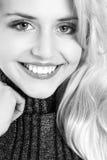 Verticale monochrome d'un beau jeune femme Photographie stock