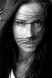 Verticale monochrome de plan rapproché de beau modèle Photo stock