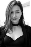 Verticale noire et blanche d'un femme Photographie stock libre de droits