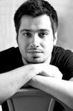 Verticale noire et blanche d'un jeune homme Photographie stock